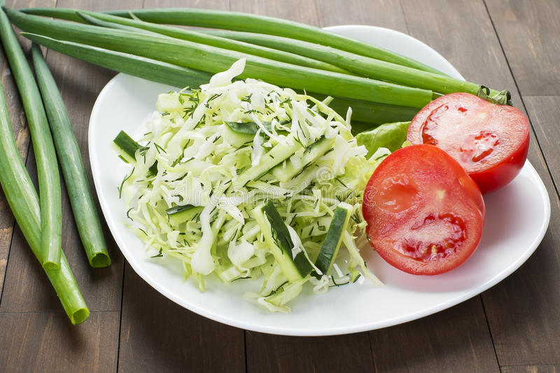 Kapuściana sałatka z ogórkiem, pomidorami i ziele, fotografia stock