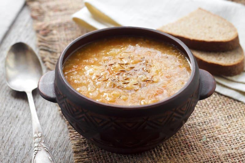 Kapustnyak - soupe ukrainienne traditionnelle à hiver avec la choucroute photographie stock libre de droits