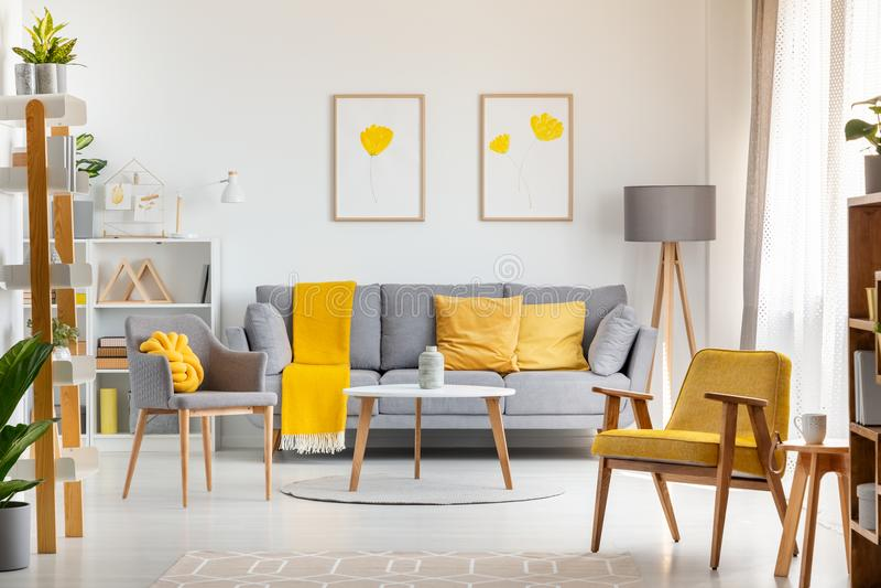Karła i stół w żywym izbowym wnętrzu z popielatym i żółtym obraz royalty free