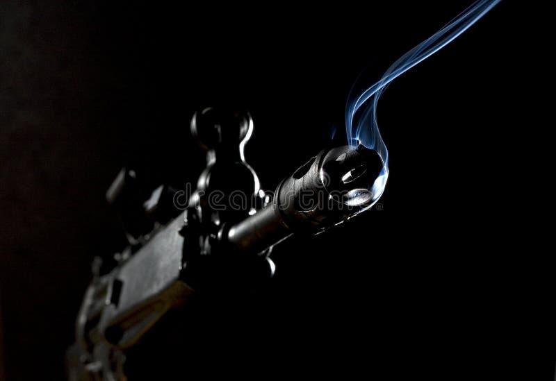 karabinu szturmowy dymienie fotografia stock