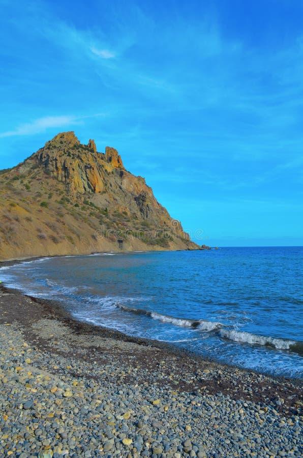 Karadag, θάλασσα, ακτή κοντά σε Kara-Dag Ουρανός, Μαύρη Θάλασσα, τα βουνά, Κριμαία στοκ εικόνα