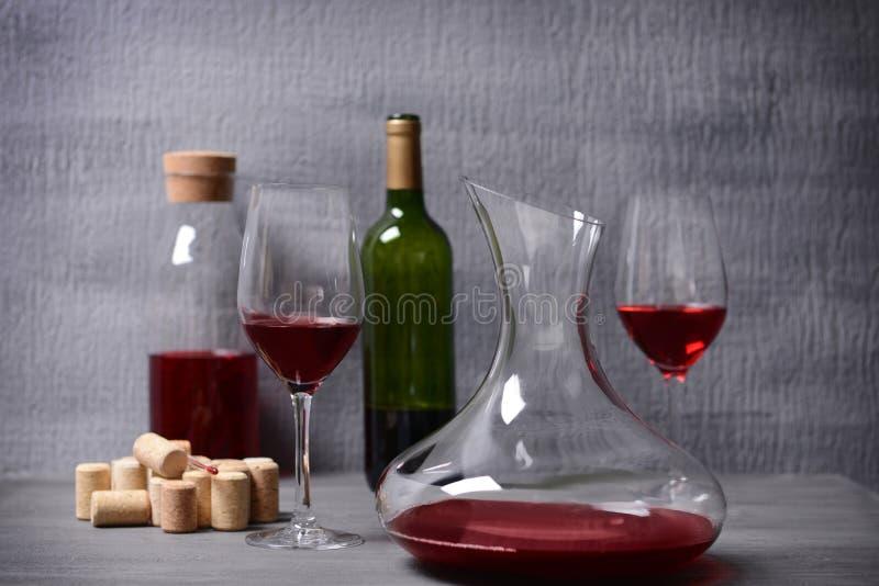 Karaf en glazen met rode wijn op lijst stock foto's