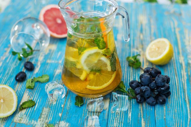 Karaf met citroendrank, fruit en munt royalty-vrije stock foto
