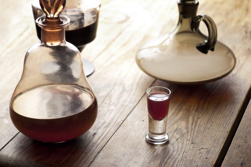 Karaff med glass.of-liqueur. royaltyfri fotografi
