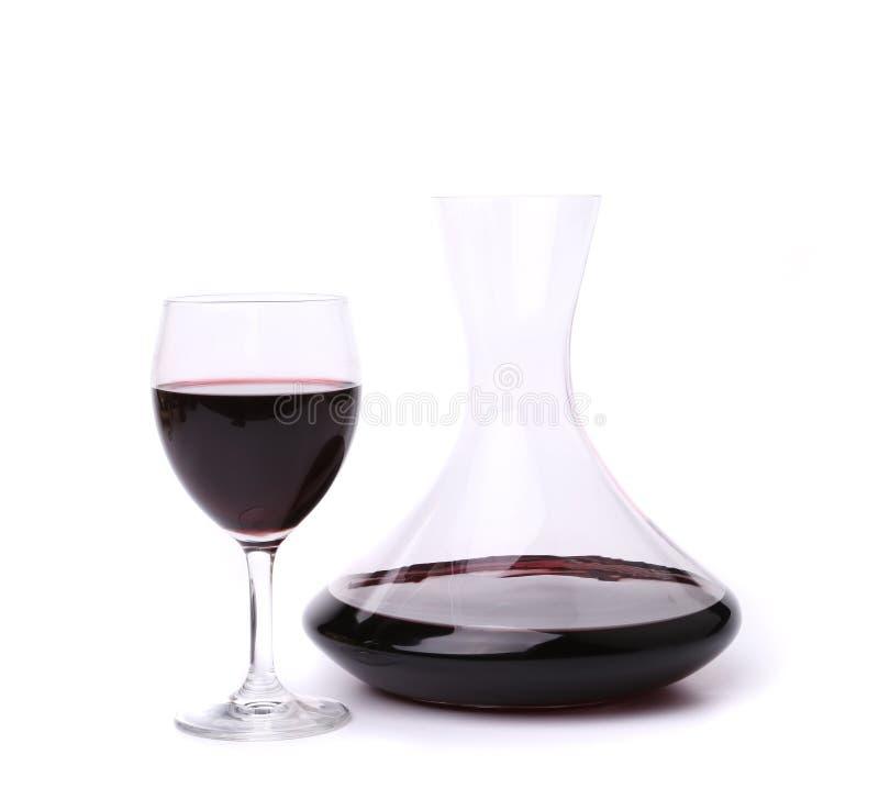 Karaff med rött vin och exponeringsglas arkivbilder