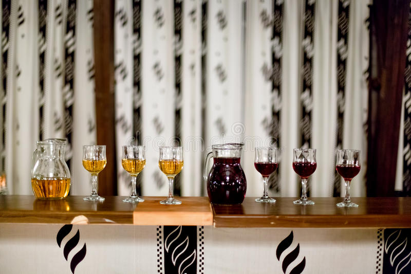 Karafka i szkła wino przy wieśniaka przyjęciem czerwony i biały zdjęcia royalty free