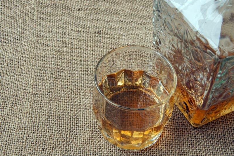 Karafka i szkło whisky, whisky bourbon na burlap, grabijemy tło fotografia stock