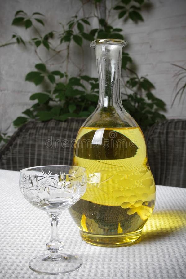 Karafka z szkłem biały wino na stołowym zakończeniu zdjęcia royalty free