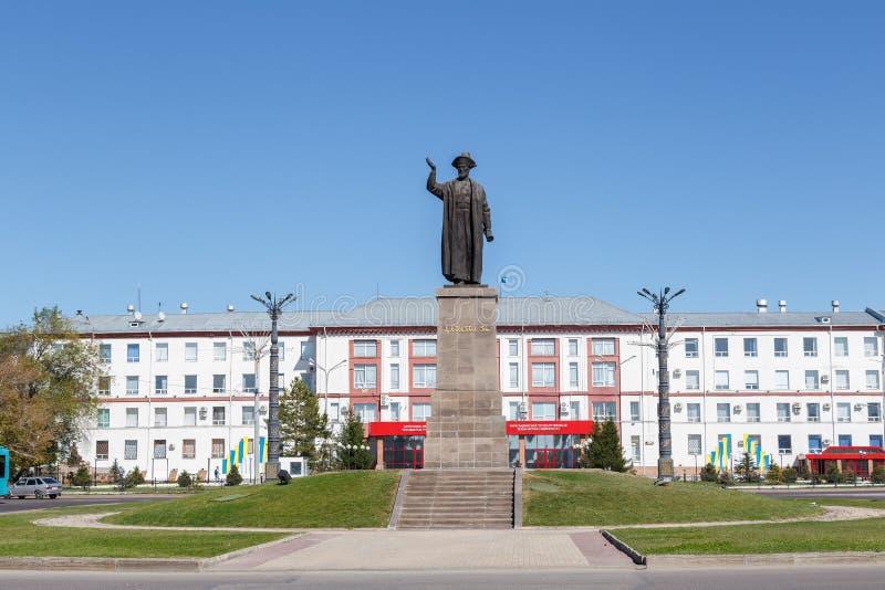 Karaganda Cazaquistão - 1º de setembro de 2016: Abelha de Kazybek do monumento fotografia de stock