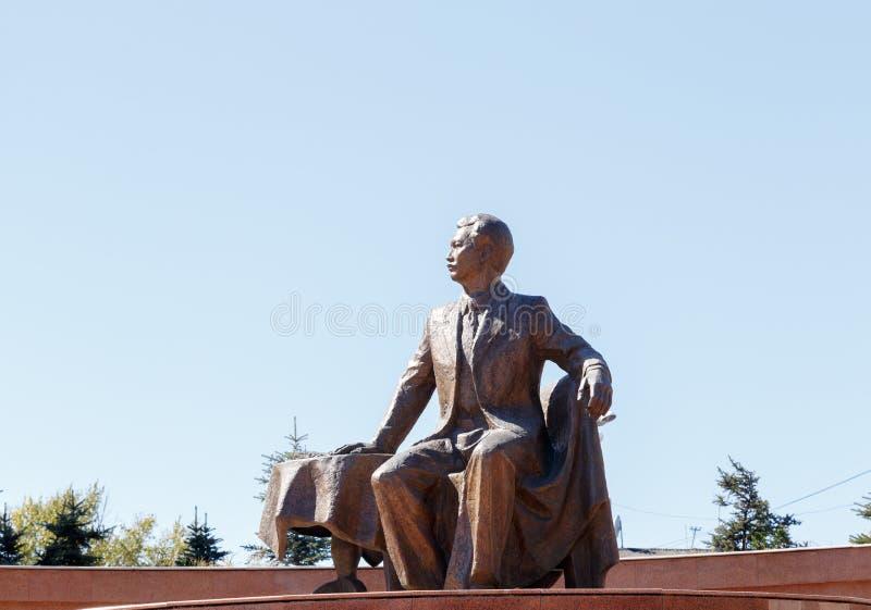 Karaganda, Cazaquistão - 1º de setembro de 2016: Monumento S Seifullin foto de stock