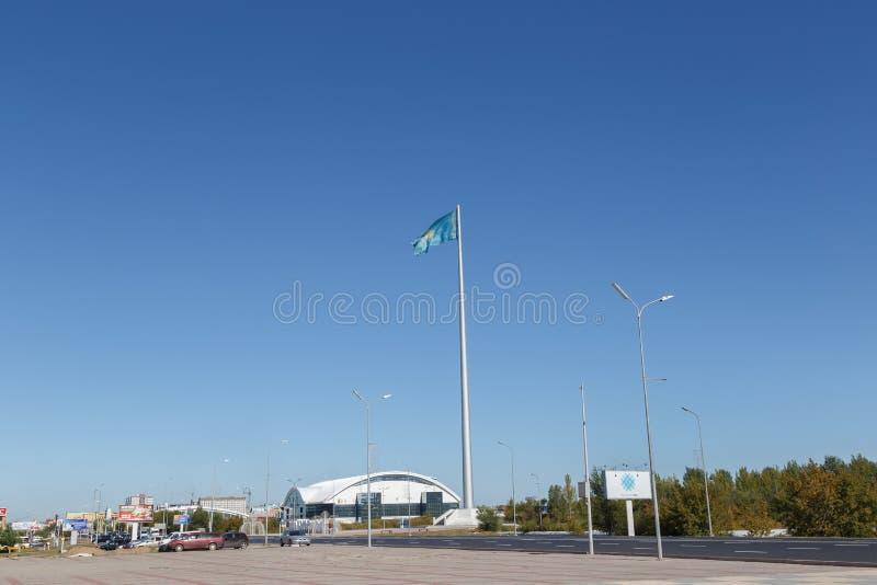 Karaganda Kazachstan, Wrzesień, - 1, 2016: Flagpole z f zdjęcie stock