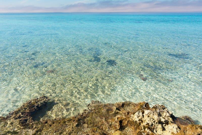 Karaibski Skalisty wybrzeże i morze w Kuba zdjęcie stock