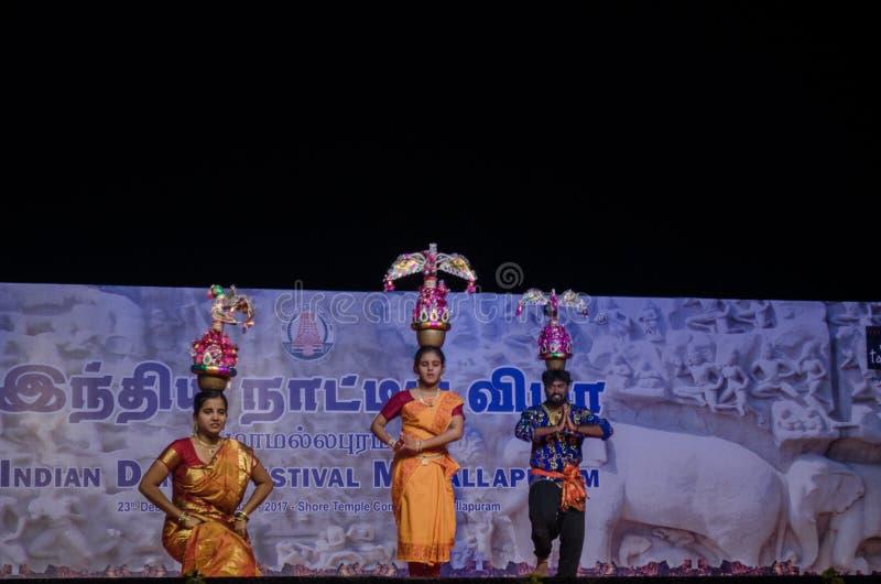 Karakattam dans som utförs i indisk dansfestivalmamallapuram royaltyfri fotografi