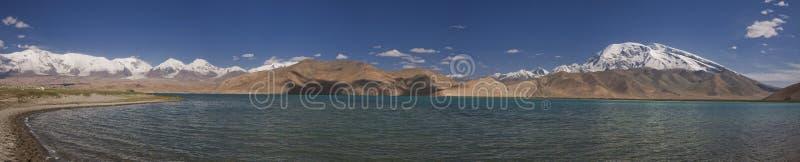 Karakol jezioro w tła muztagh ata i fotografia stock