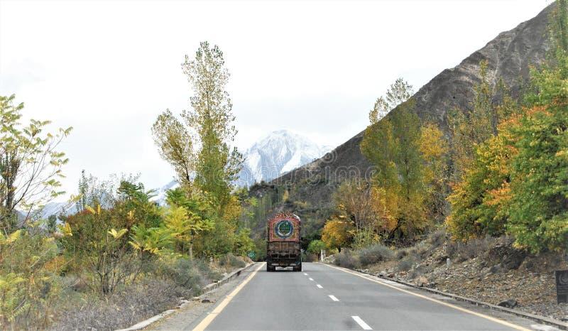 Karakoram huvudvägväg till Kina | Asiatiska vägar arkivbilder