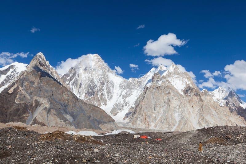 karakorum范围秀丽在K2迁徙的营地期间的 免版税库存图片