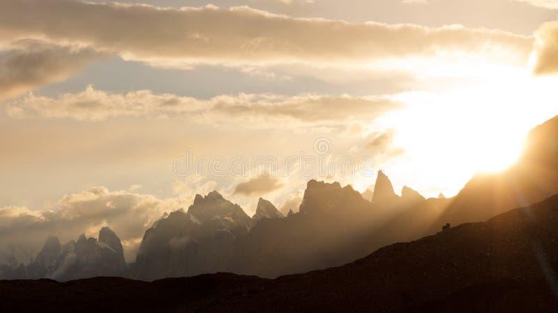 Karakorum bergsolnedgång royaltyfri fotografi