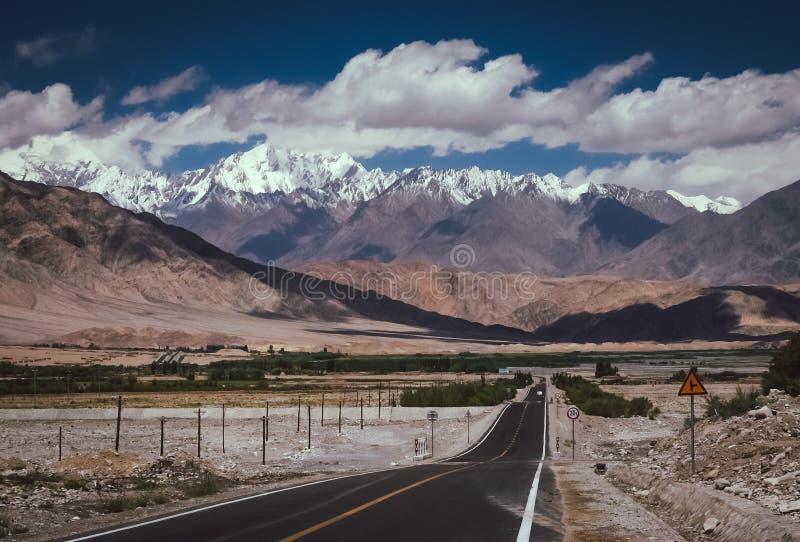 Karakorum huvudväg royaltyfri fotografi