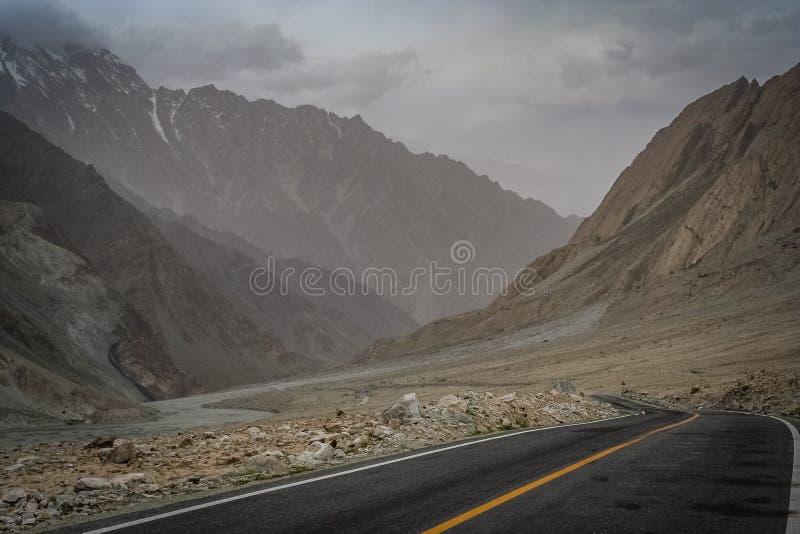 Karakorum huvudväg royaltyfria bilder