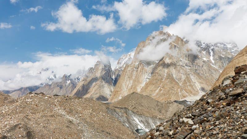 Karakorumpieken over Baltoro-Gletsjer stock afbeeldingen