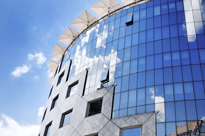 Karakteristisk glass fasad av en modern kontorsbyggnad i Budapest arkivbild