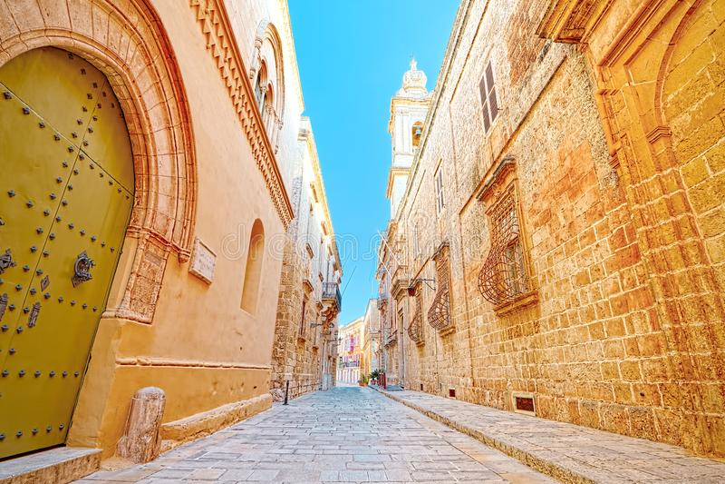 Karakteristisk gränd av Ir-Rabat, Gozo, Malta royaltyfria foton