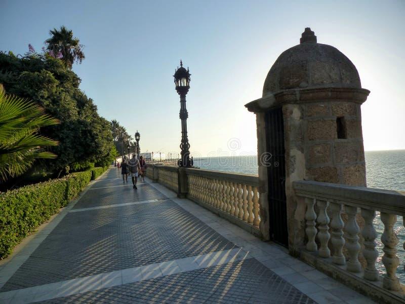 Karakteristiskt långt hav med ett torn i Cadiz i Spanien i slutet av dagen fotografering för bildbyråer