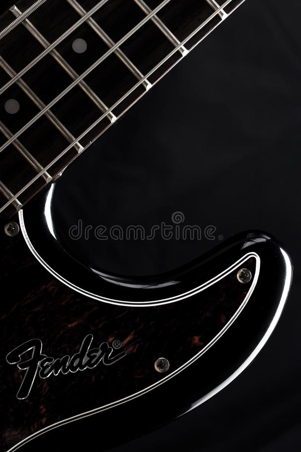 KARAKUŁOWY, ROSJA, MAJ - 4, 2018: Fender precyzi basowa gitara elektryczna na czarnym tle, produktu strzał, sylwetka obrazy royalty free