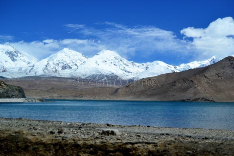 Karakul jezioro i Pamir góry w Xinjiang, Karakorum autostrada, Chiny zdjęcie royalty free