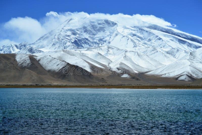 Karakul jezioro i Pamir góry w Xinjiang, Karakorum autostrada, Chiny zdjęcia royalty free