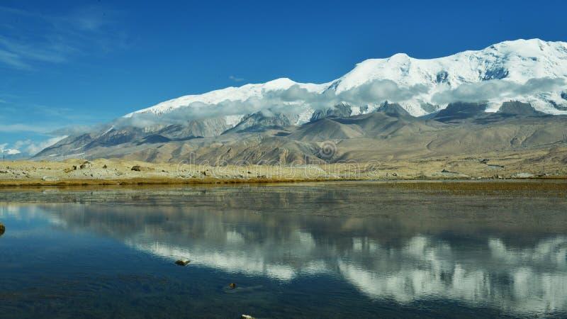 Karakul sjö och Muztagh Ata royaltyfria foton