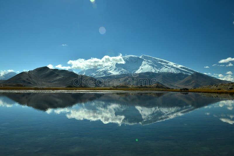 Karakul sjö och Muztagh Ata royaltyfri bild
