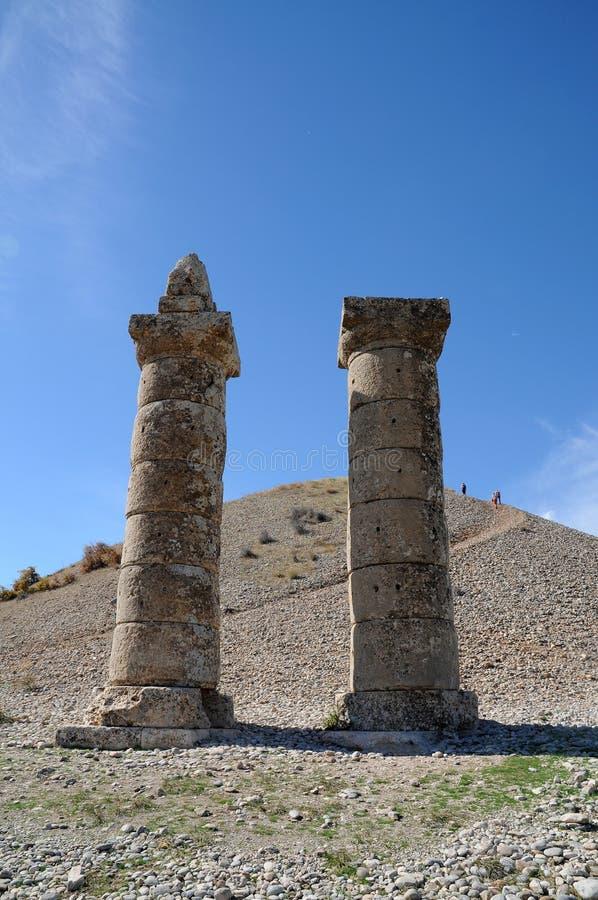 Karakus gravhög i område av Nemrut Dagi, östliga Anatolien royaltyfri foto
