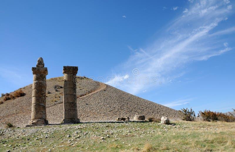 Karakus gravhög i område av Nemrut Dagi, östliga Anatolien royaltyfria foton