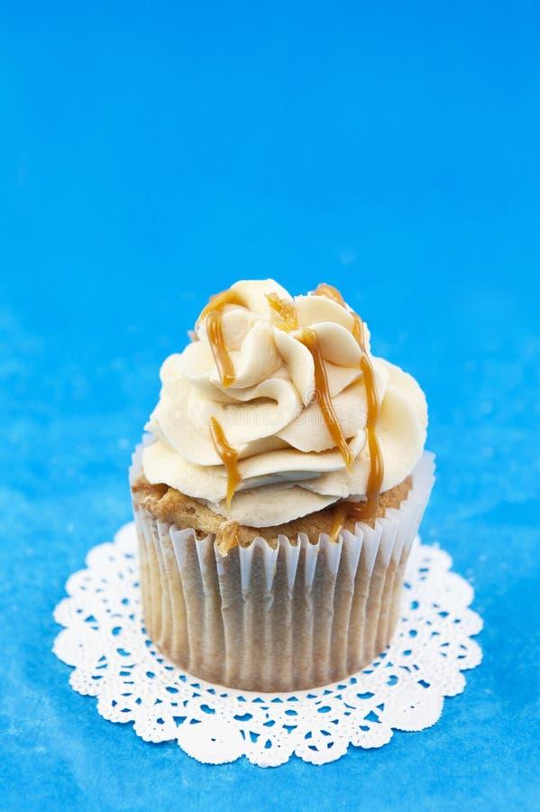 Karamel Cupcake op Blauwe Achtergrond royalty-vrije stock foto