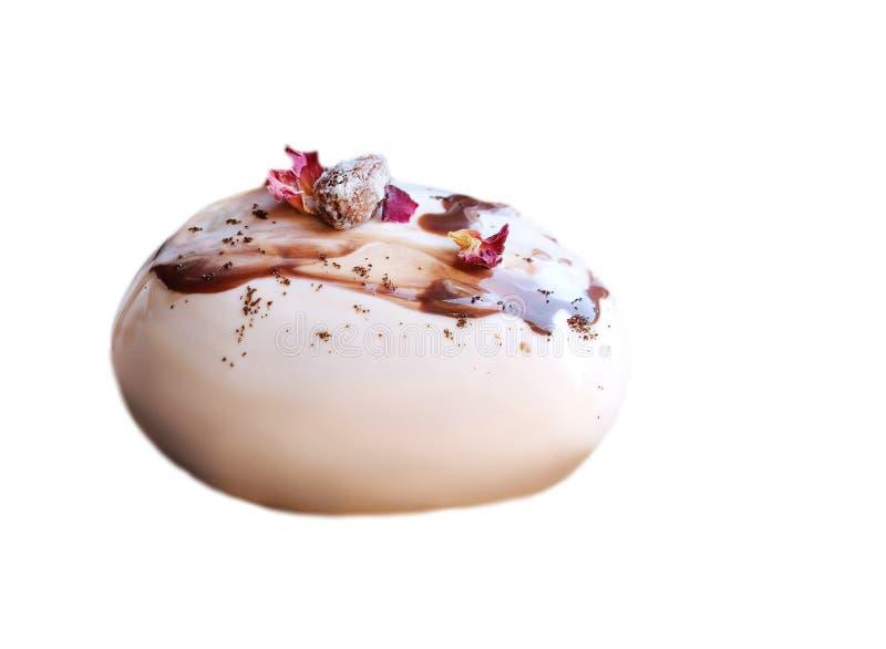 Karamel, koffie en chocolade het steendessert met amandelen en nam bloemblaadjes op witte achtergrond worden ge?soleerd die toe stock foto's