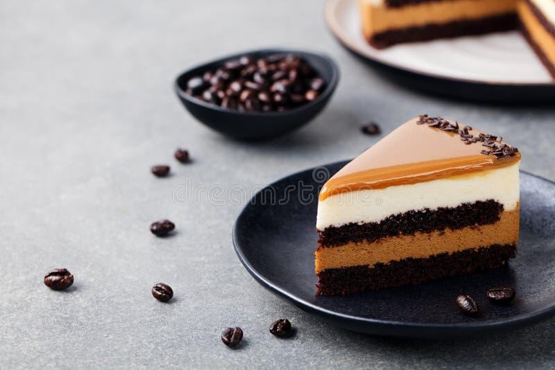 Karamelcake, moussedessert op een ruimte van het plaatexemplaar stock foto