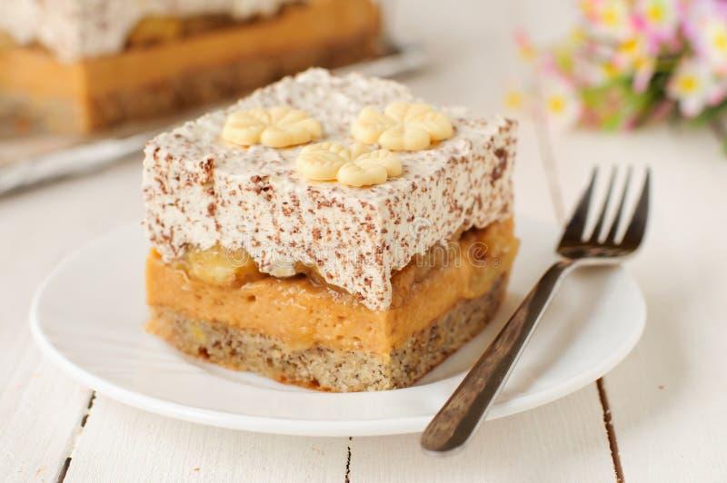 Karamell-Vanillepudding, Banane und Schokoladen-Schlagsahne-Torte lizenzfreies stockfoto