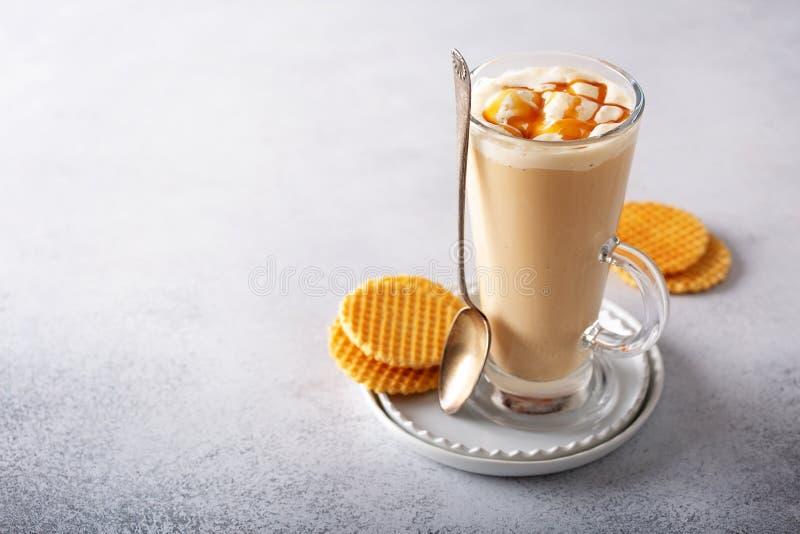 Karamellkaffee Latte in einem hohen Glas stockbilder