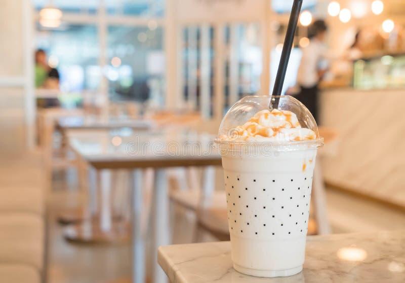 Karamellmilchshake auf dem Tisch lizenzfreie stockfotos
