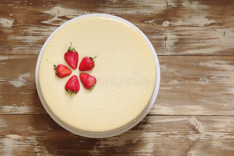 Karamellostkaka med jordgubben royaltyfri bild