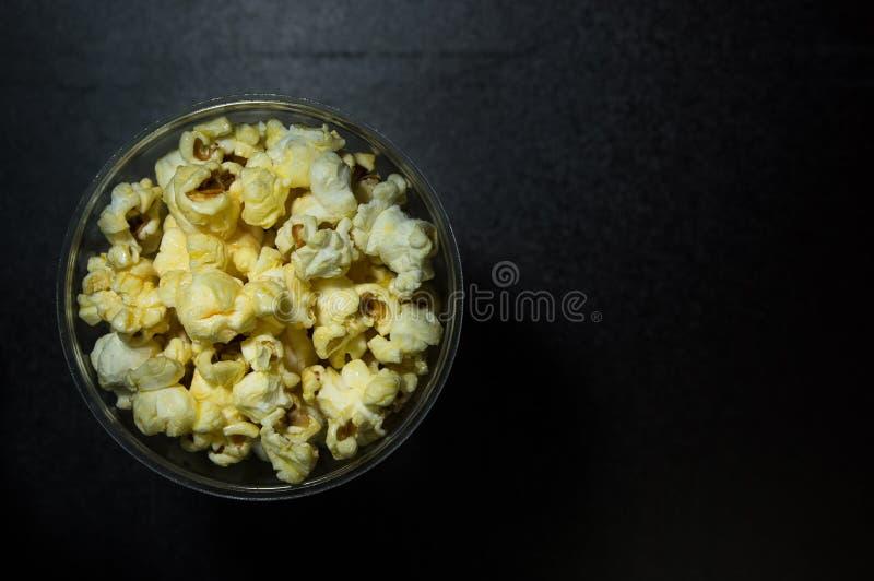 Karamelpopcorn op donkere achtergrond stock fotografie