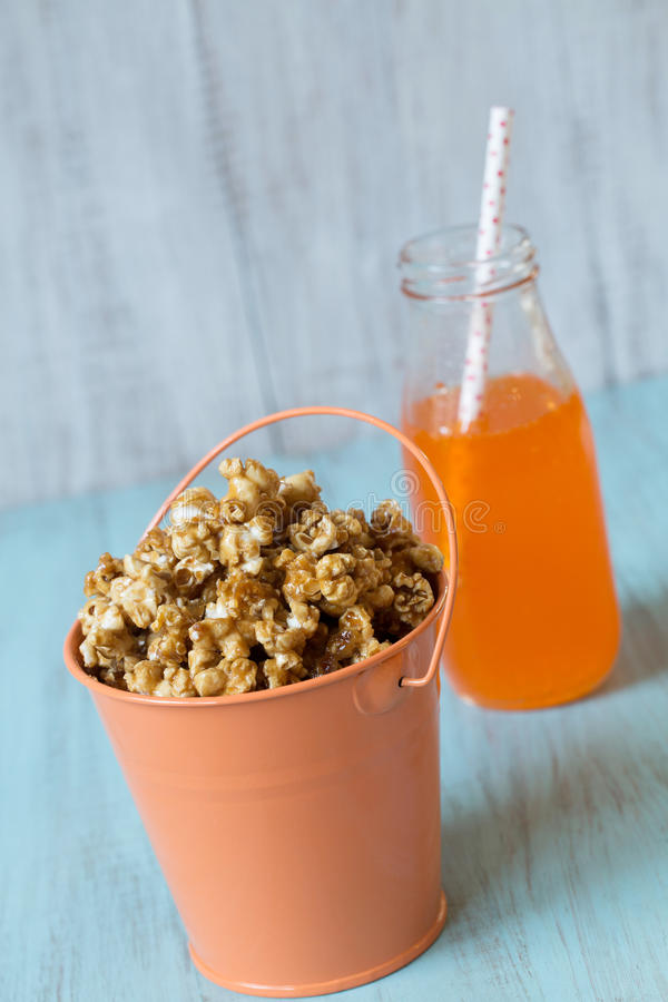 Karamelpopcorn in Oranje Tin Bucket With Soda Pop royalty-vrije stock foto's