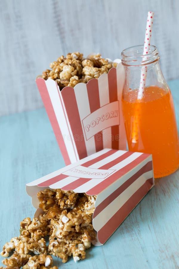 Karamelpopcorn in Zakken met Oranje Soda stock foto's