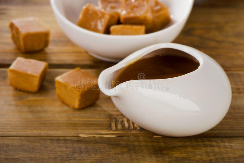 Karamelsuikergoed en saus stock foto