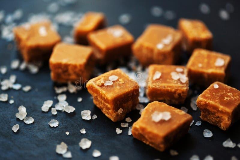 Karamelsuikergoed Gezouten karamelstukken en overzeese zoute macro stock afbeelding