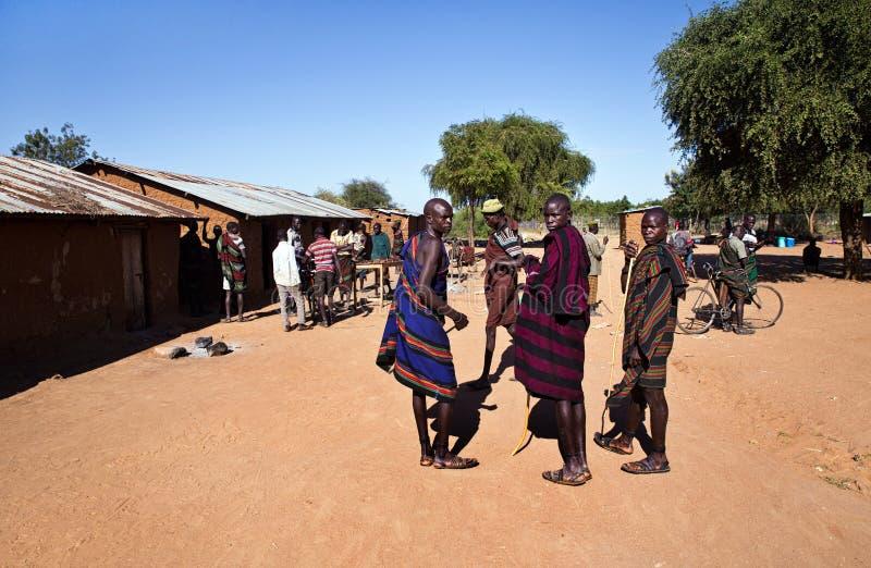 Karamojong mężczyźni w Nakipelemoru Uganda zdjęcia royalty free