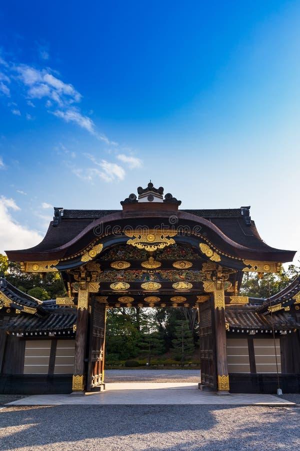 Karamon brama przy wejściem Ninomaru pałac w Nijojo kasztelu Kyoto, Japonia Pionowo frontowy widok zdjęcie royalty free