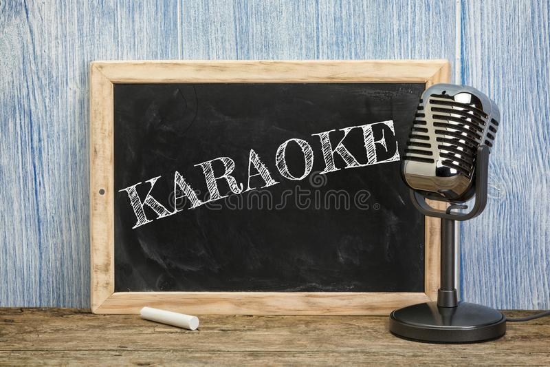 Karaoke écrit sur le tableau de vintage avec le microphone photos stock