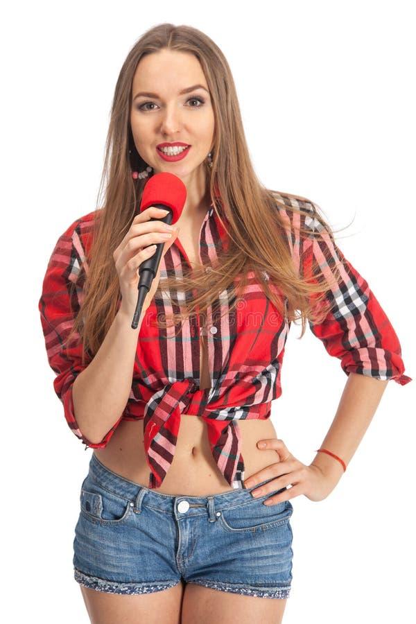 Karaoke de chant de femme avec le microphone photographie stock libre de droits